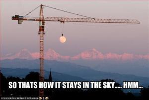 la luna colgada en el cielo